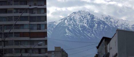 Le Provincia, montagne neigeuse, derrière des immeubles.