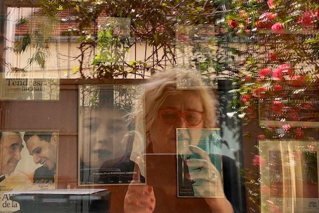 Dominique Cabrera se prenant en photo dans un reflet d'une vitre